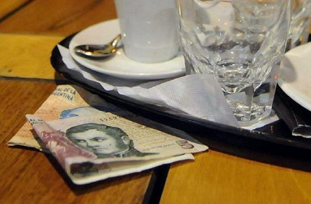 Un tribunal dejó al borde del juicio oral a tres indigentes que se llevaron la propina en un restaurante.
