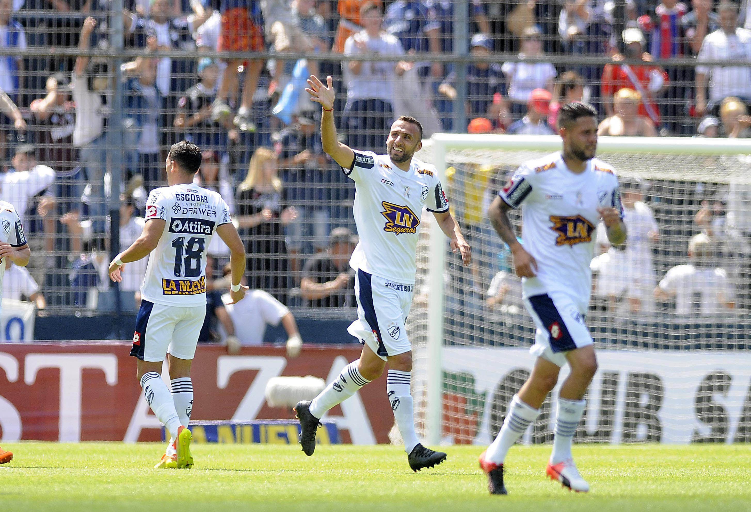Quilmes celebra el gol de Botiino ante Lanús