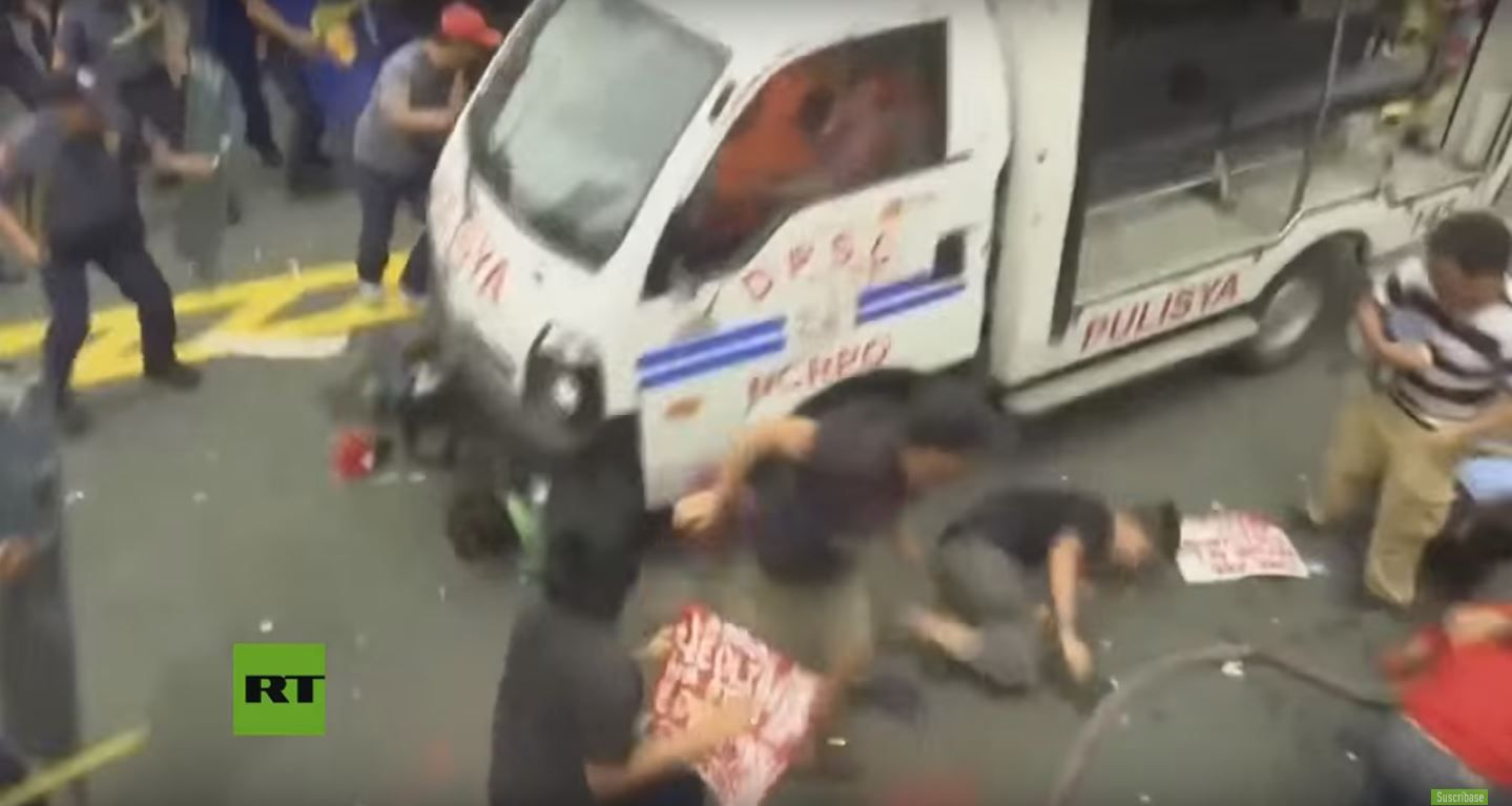 Un policía atropella a manifestantes en Manila