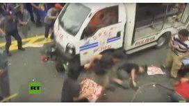 Un policía atropella a manifestantes en Manila, Filipinas