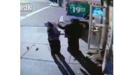 Un hombre le da un brutal golpe a una señora de 69 años