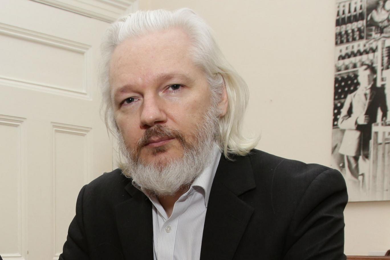 La policía de Reino Unido advirtió que lo detendrá si sale de la embajada