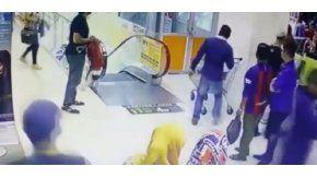 La nena se cayó desde unas escaleras mecánicas en Bukit Jambul.