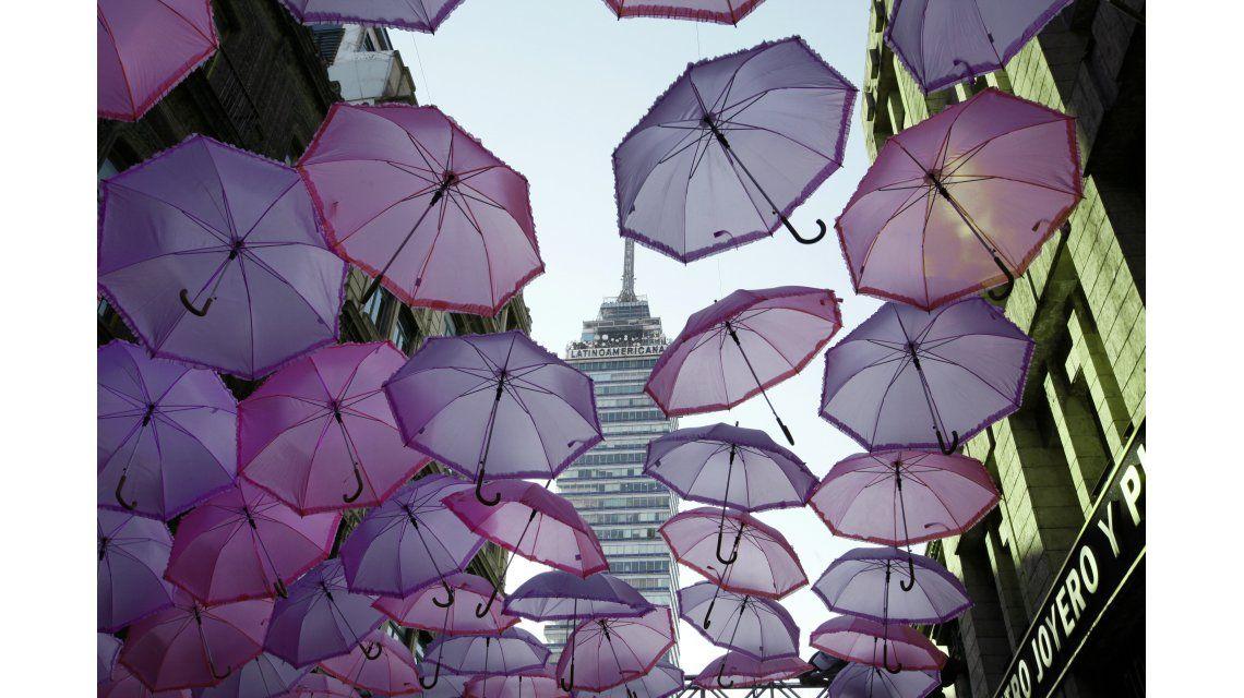 Decenas de paraguas color de rosa se observaron en una avenida del centro histórico de Ciudad de México para protestar contra el feminicidio.
