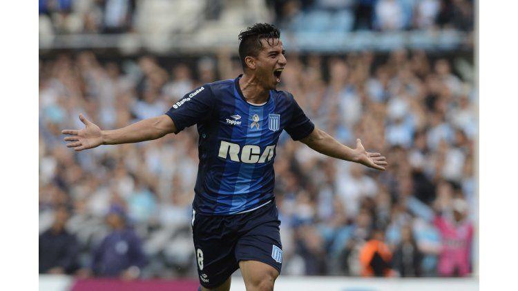 Diego González desvió un remate de Luciano Aued y así marcó el primer gol de Racing ante Arsenal en Avellaneda
