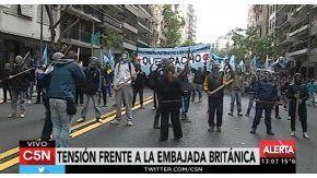 Protesta de Quebracho en la Embajada de Gran Bretaña en protesta por los ejercicios militares en Malvinas