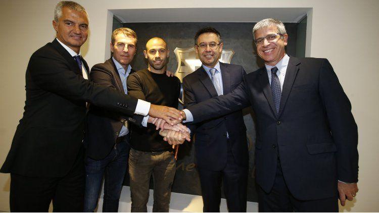 Javier Macherano firmó su renovación con el Barcelona hasta junio  de 2019.