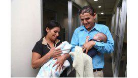 Enma y Óscar luego de recuperar a su gemelo. Gentileza de La Prensa.