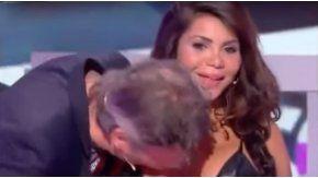 Una mujer se negó a darle un beso a un hombre y este le besó el pecho.
