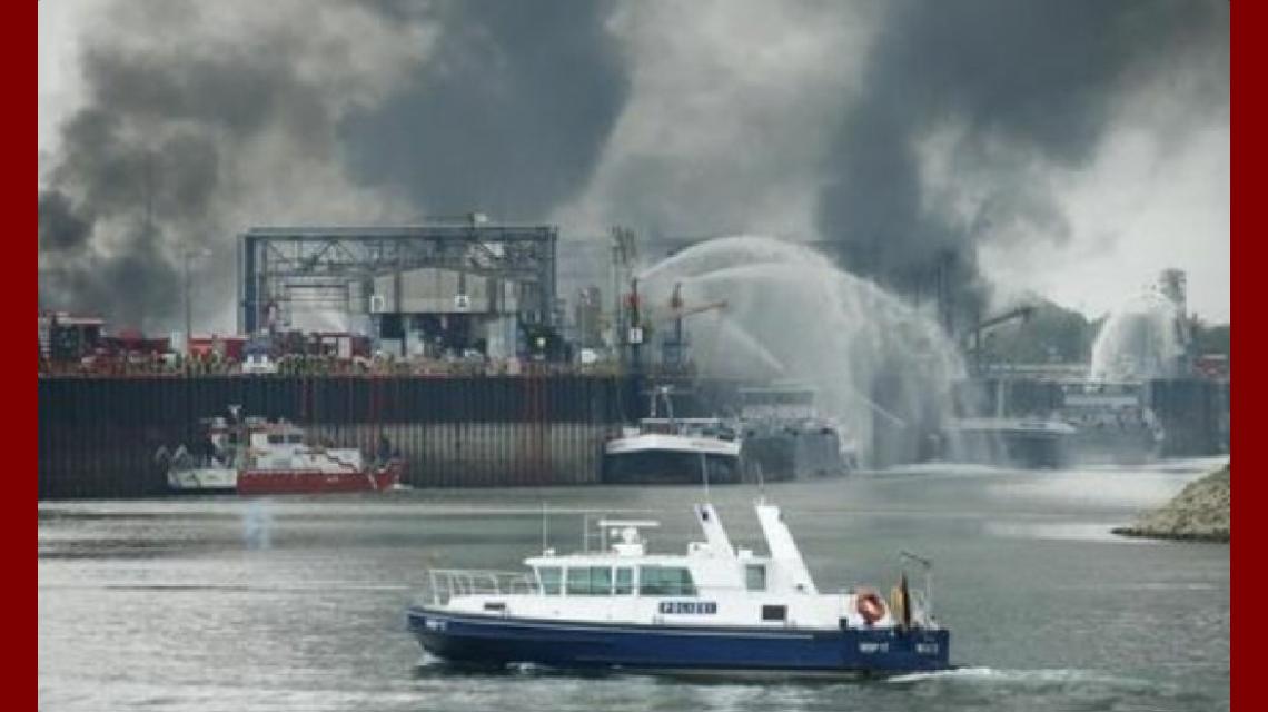 Desde el agua los bomberos trabajan con barcos hidrantes para contener las llamas