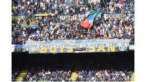 Una de las banderas que los hinchas del Inter colgaron en el San Siro.