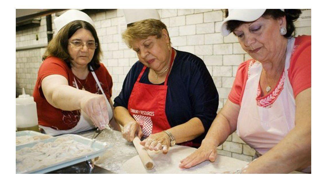Un restaurante reemplazó a chefs profesionales por abuelas.