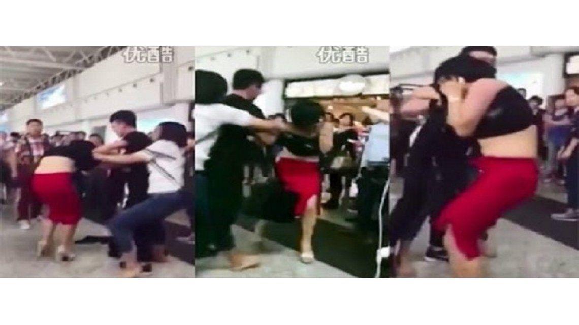 La mujer encuentra a su esposo con la amante y le pega en el aeropuerto