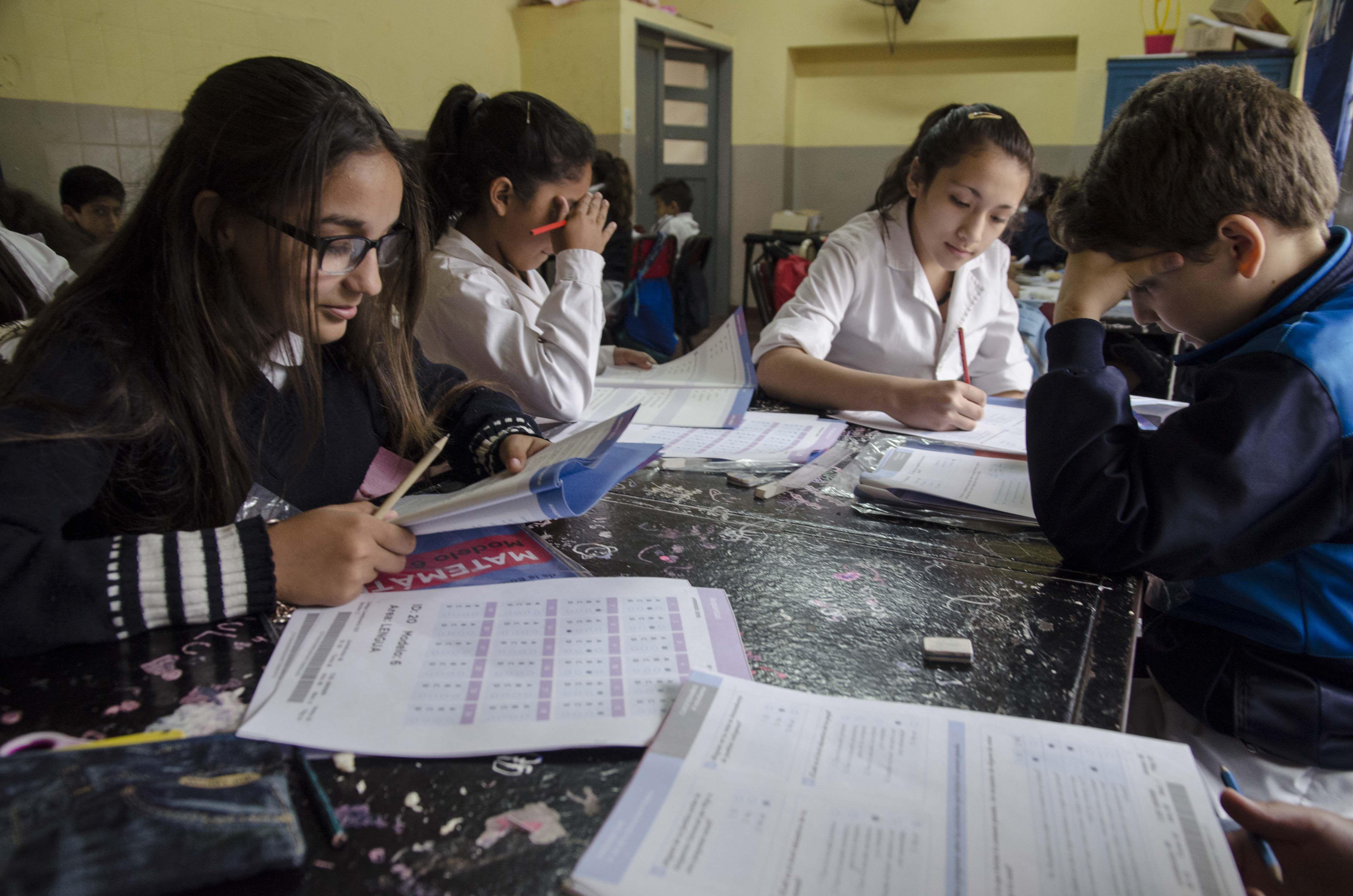 Alumnos de escuela primaria rindiendo el examen Aprender 2016