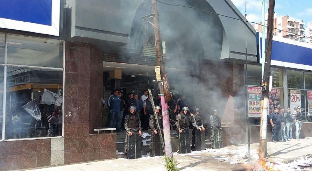 Protesta de los trabajadores de COTO Quilmes por 10 despedidos.