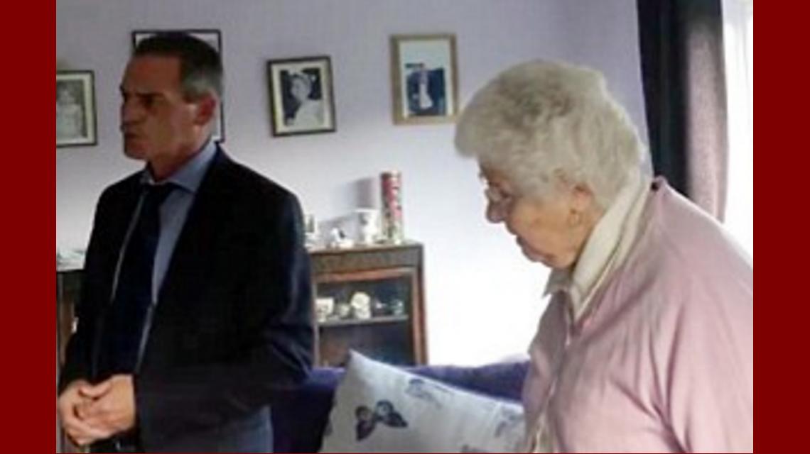 La mujer estafada junto a su hijo durante la discusión con el vendedor