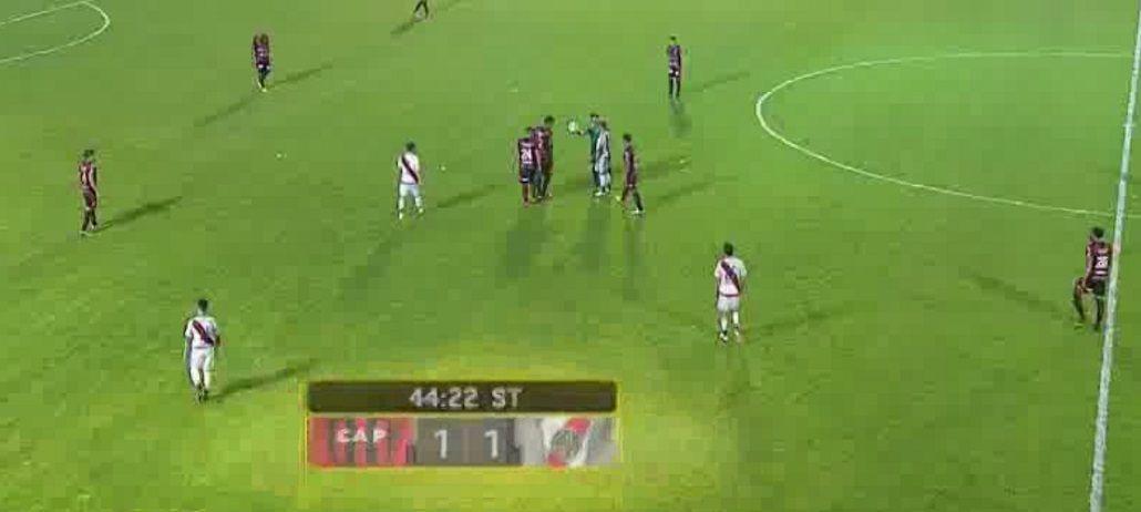 La polémica jugada que terminó con el gol de Patronato.