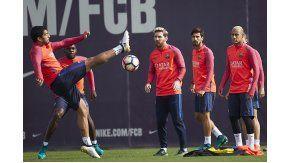 Messi entrena con el Barcelona tras recuperarse del desgarro.