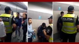 Los pasajeros habrían visto al efectivo arrastrar al chico por el piso y decidieron interceder