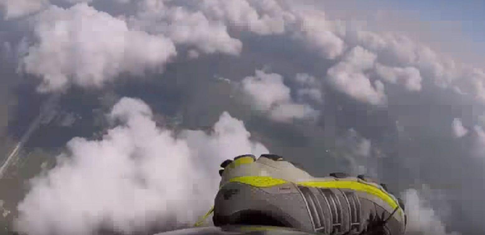 Un paracaidista atrapó su zapatilla en pleno vuelo