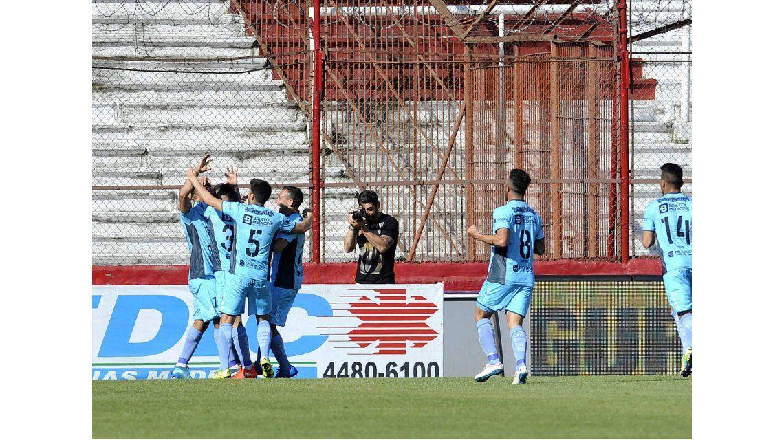 Temperley celebra el gol de Marcos Figueroa ante Huracán en Parque Patricios