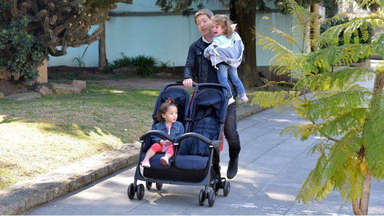 Miguel (Adrián Suar) con sus dos hijas menores nacidas casi en simultáneo