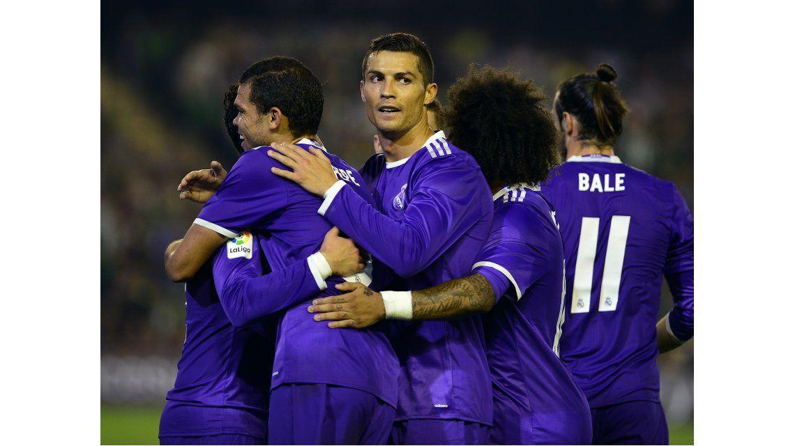 Real Madrid celebra uno de los tantos de la goleada ante Betis como visitante