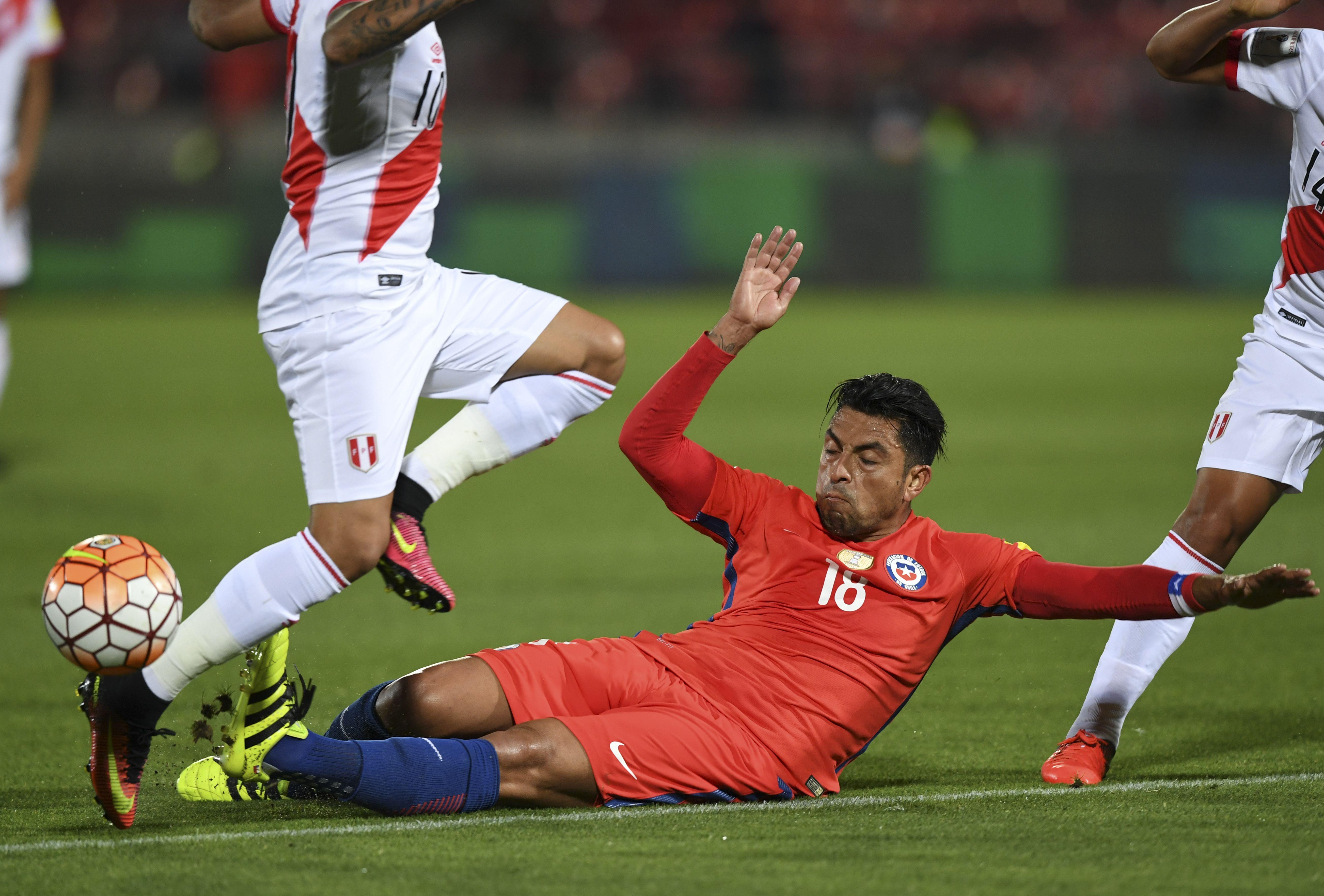 Chile enfrenta a Perú por Eliminatorias