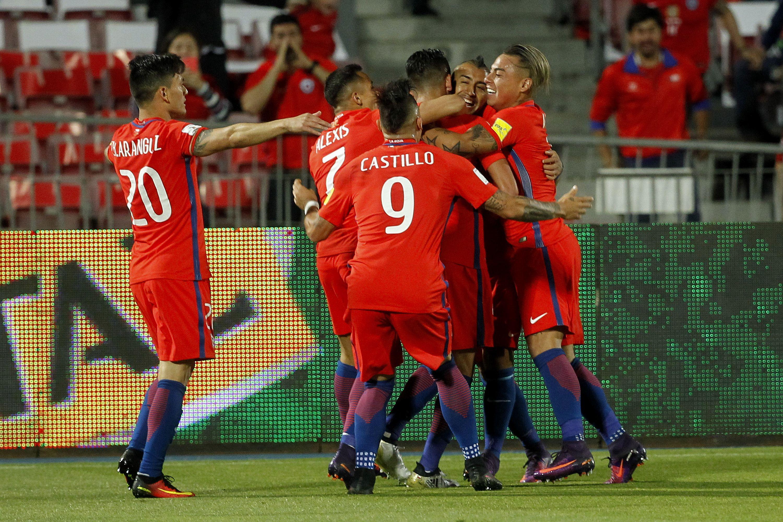Chile celebra el gol de cabeza de Arturo Vidal ante Perú