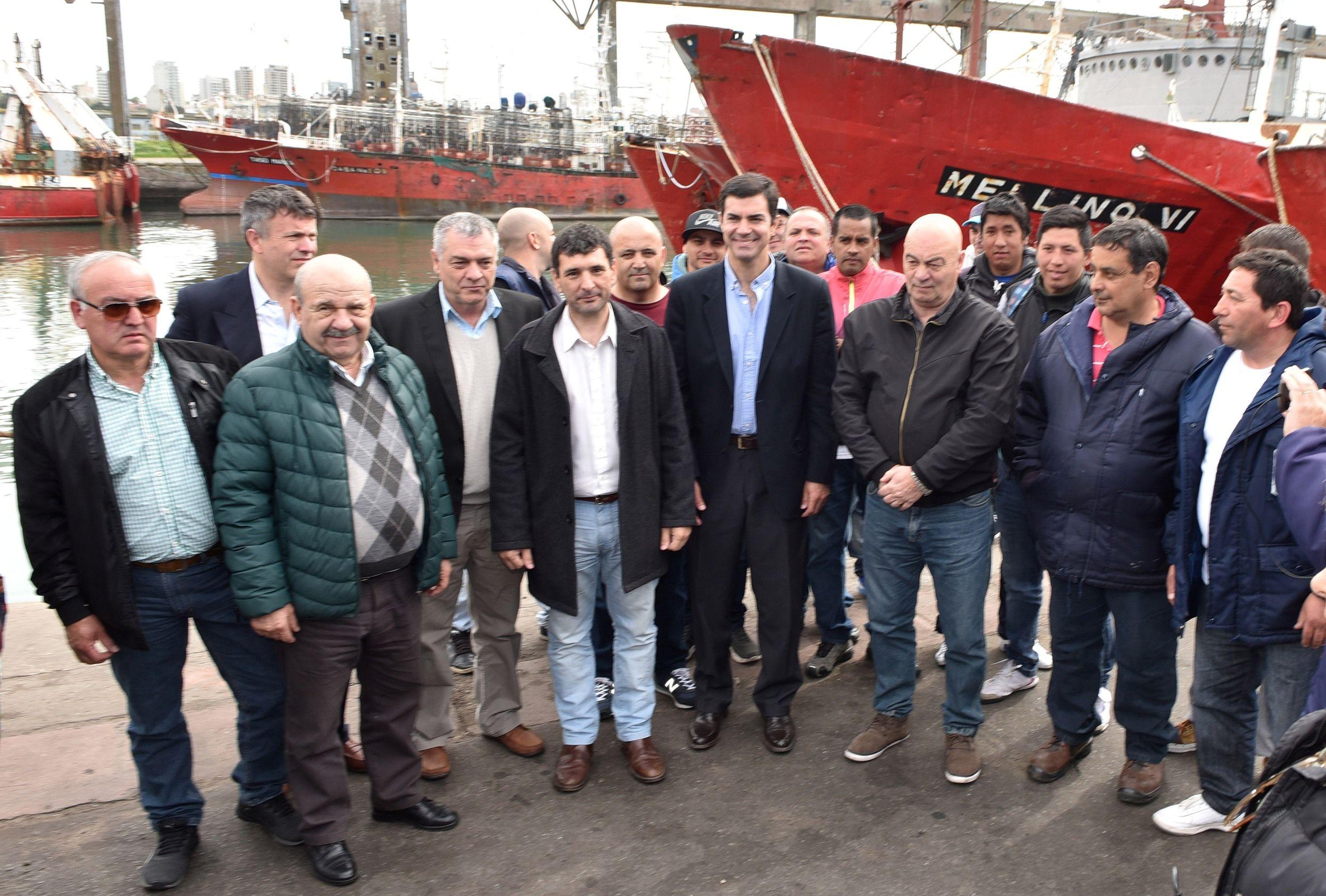 Juan Manuel Urtubey con parte del gremio de trabajadores puerto de Mar del Plata
