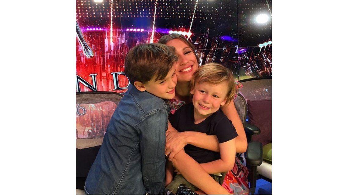 Pampita llevó a sus hijos a la grabación de Showmatch.