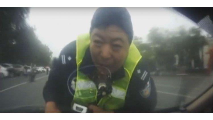 El agente quería hacerle un test de alcoholemia y terminó viajando sobre el capó