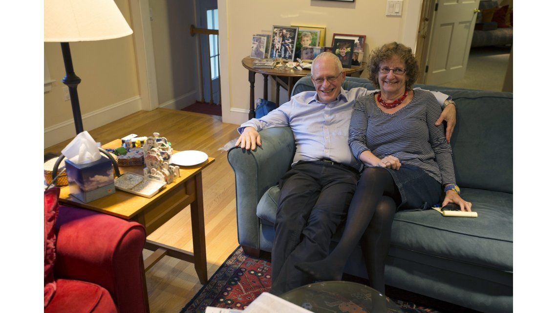 El profesor de Economía de Harvard Oliver Hart posa junto a su esposa Rita Goldberg.
