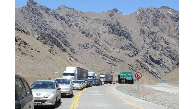 Largas colas en el paso fronterizo para ingresar a Chile.