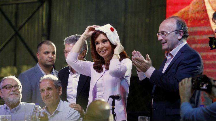 Cristina Kirchner con la simbólica boina blanca con el pompón rojo que representa a los militantes radicales junto a Leopoldo Moreau y Gustavo López