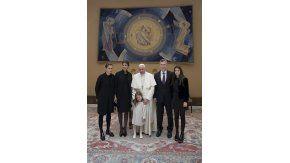 Mauricio Macri y su familia con el papa Francisco en el Vaticano.