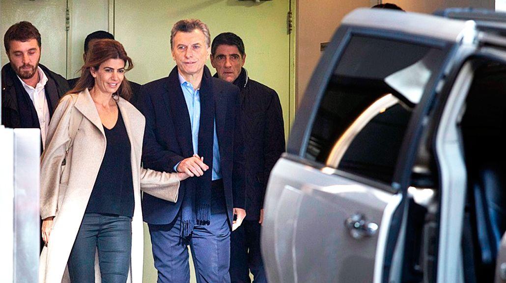Macri saliendo del sanatorio tras ser operado. Foto archivo.