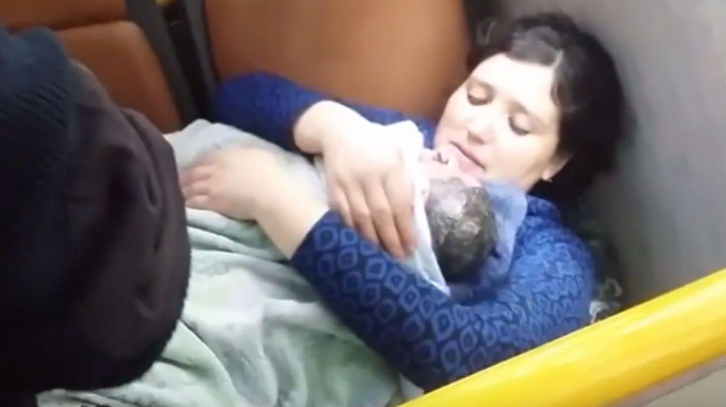 Un chofer de un colectivo asistió el parto de una mujer.