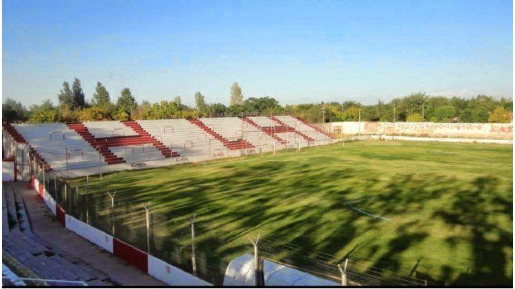 Un grupo de hinchas del club Huracán Las Heras se están movilizando para colocar colchonetas en todo el perímetro del campo de juego de su estadio General San Martín
