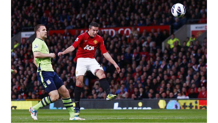 Una volea del holandés Robin Van Persie ante el Aston Villa