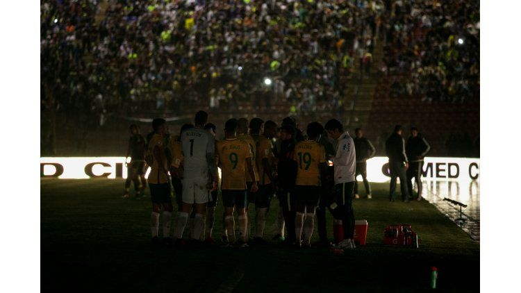 Jugadores deBrasilesperaban que regrese la electricidad durante un partido ante Venezuela por las Eliminatorias del Mundial de Rusia 2018 en el estadio Metropolitano de la ciudad de Mérida