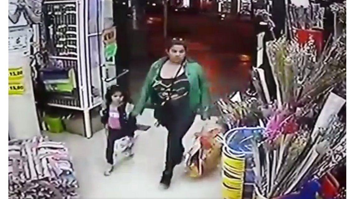 Mujer roba con su hija. Captura de pantalla