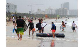 Surfistas aprovechan las olas en Miami