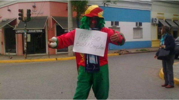 Un hombre disfrazado de payaso pidió trabajo en la calle y lo consiguió.