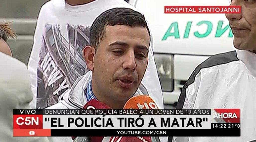 Los familiares aseguran que el joven fue baleado por un policía.