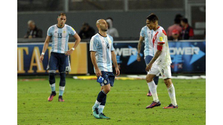 Mascherano dio un mal pase que terminó en penal a favor de Perú.