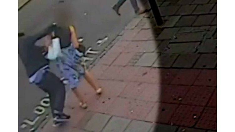 Golpea brutalmente a una mujer en la calle de Londres