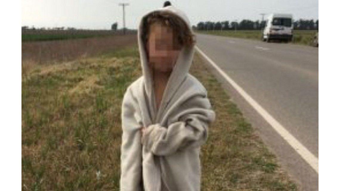 La nena estaba semidesnuda al costado de la ruta