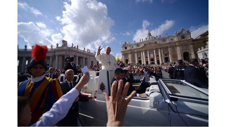 El papa Francisco saluda a los fieles seguidores.