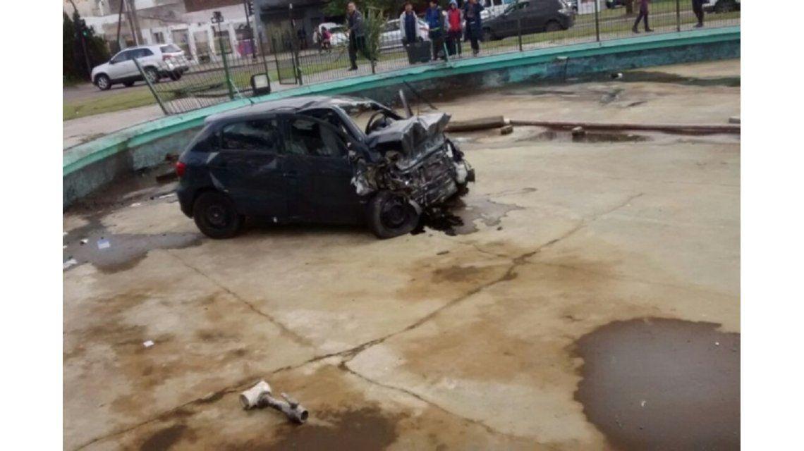 El auto quedó dentro de la fuente de una rotonda